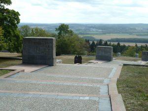 """Installation """"Flashmop der Erbauerkollektive"""" auf dem Areal des Buchenwald- Mahnmals (Foto: Anke Binnewerg, VG Bild-Kunst)"""
