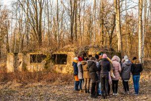 Jugendgruppe auf dem Stalag-Gelände (Foto: Jakub Purej)