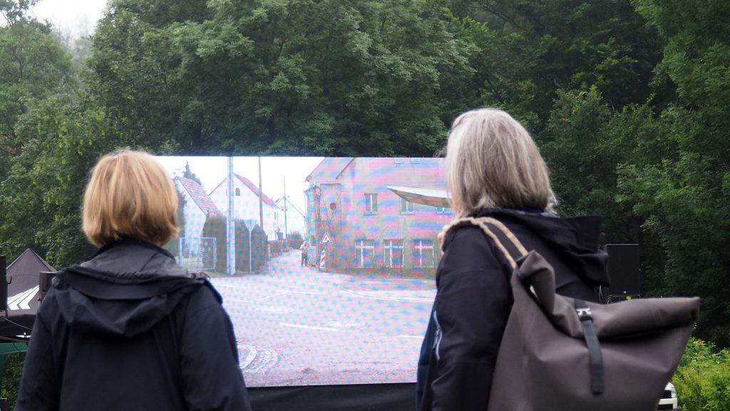 """Film """"Zustand und Gelände"""" auf LED-Leinwand. Foto: sLAG"""