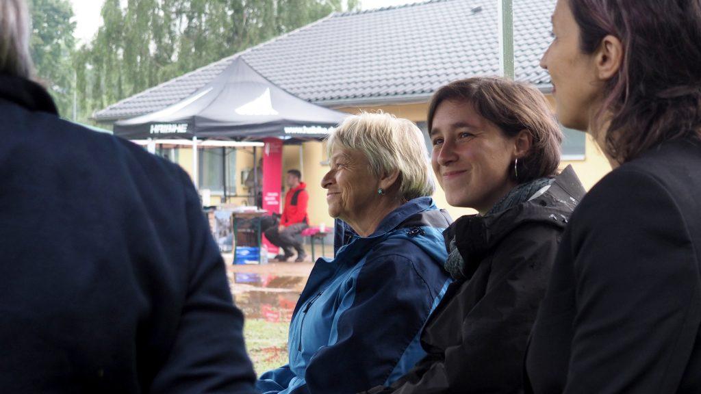 Im Gespräch von links: Gisela Heiden (LAG), Anna Schüller (Geschichtswerkstatt), Ute Adamczewski (Regisseurin). Foto: sLAG
