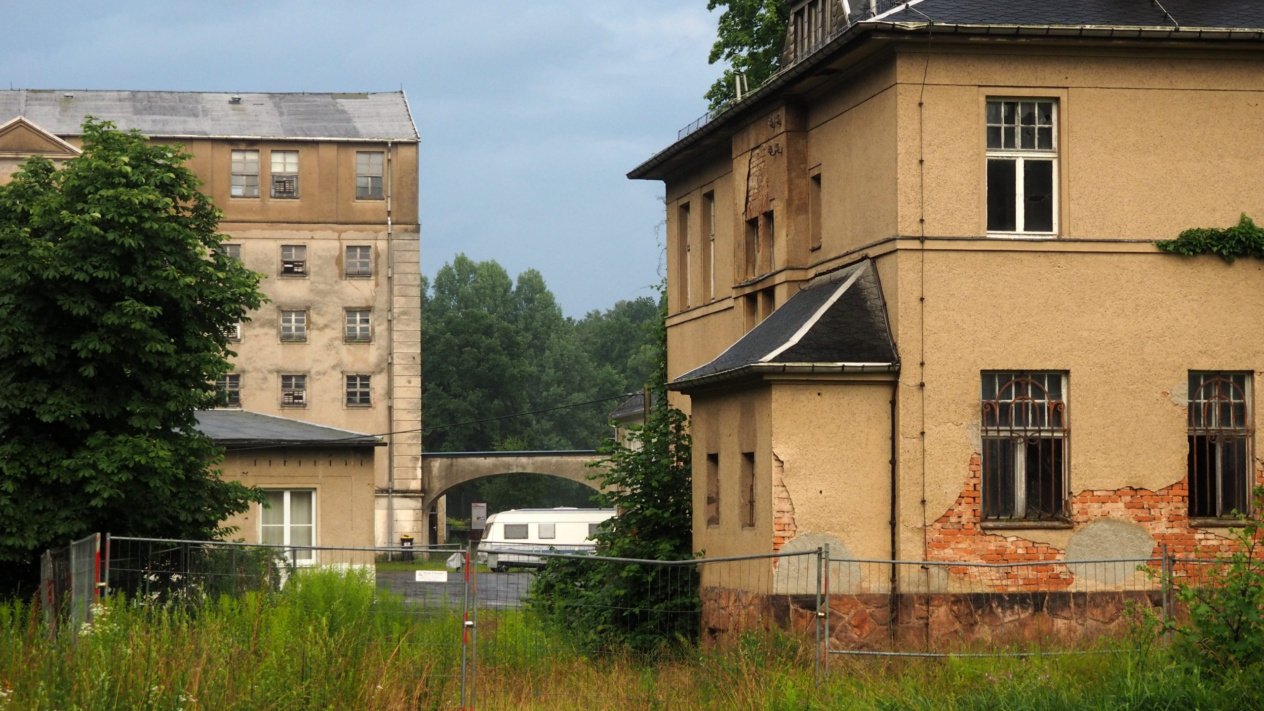 Kommandantenvilla und Rückseite der Fabrik. Foto: sLAG