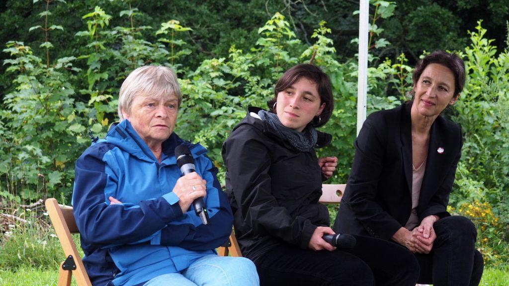 Gisela Heiden kommentiert den aktuellen Stand der Gedenkstätte Sachsenburg. Foto: sLAG